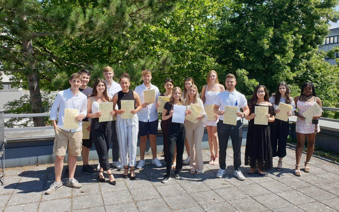 Die Berufskolleg-Champions feiern ihre bestandene Fachhochschulreife